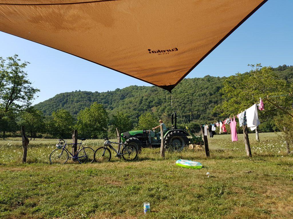 Bauer bescuht Dordogne kleinen Naturcampingplatz